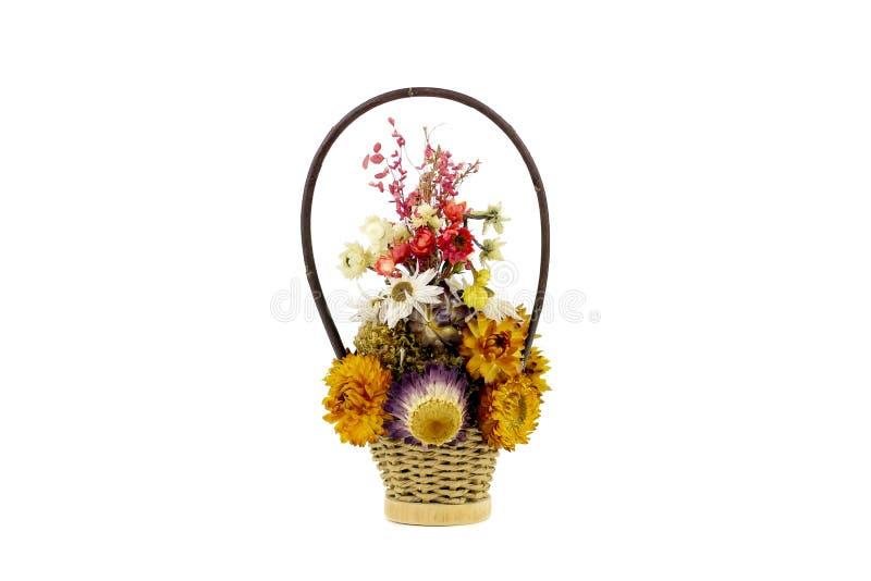 Bello mazzo dai fiori luminosi e inariditi nel canestro isolato su un fondo bianco fotografia stock