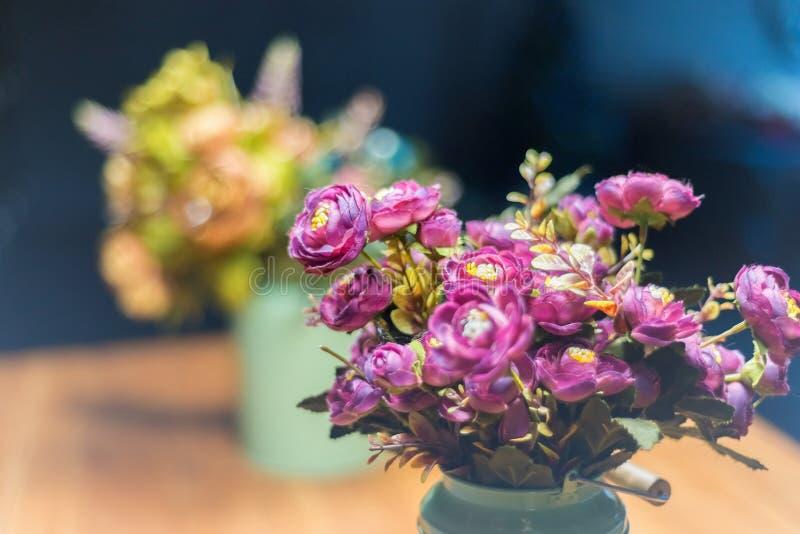 Bello mazzo dei fiori rosa artificiali delle rose immagini stock libere da diritti