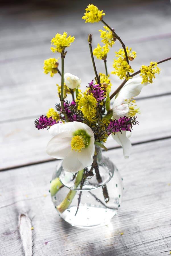 Bello mazzo dei fiori selvaggi in vaso fotografie stock