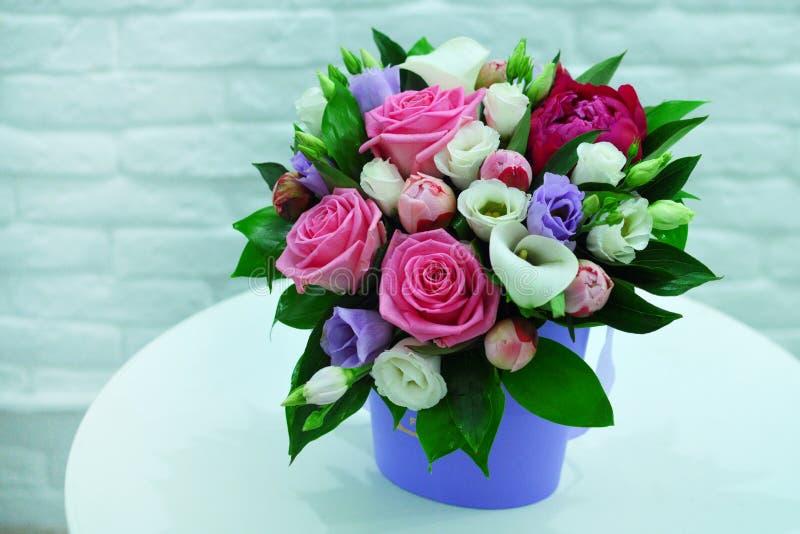 Bello mazzo dei fiori variopinti su una fine rosa del fondo fotografia stock