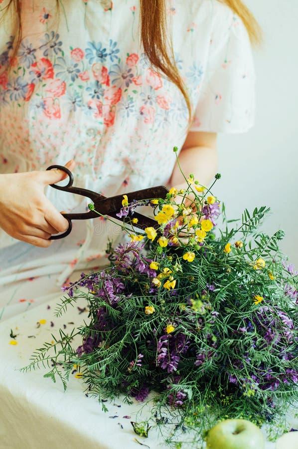 Bello mazzo dei wildflowers porpora e gialli nella luce della stanza immagini stock