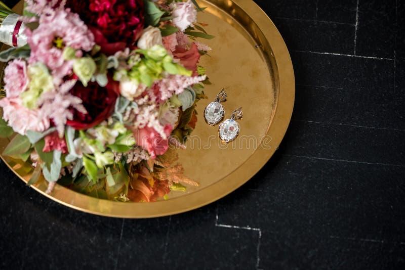 Bello mazzo di nozze alla tavola nera del fondo fotografie stock libere da diritti