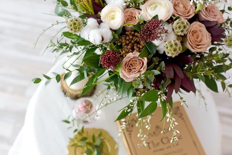 Bello mazzo di nozze del Bordeaux dei fiori fotografia stock libera da diritti