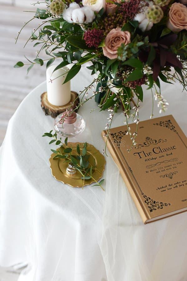 Bello mazzo di nozze del Bordeaux dei fiori immagine stock libera da diritti