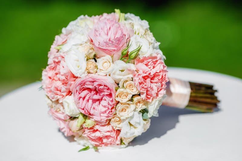 Bello mazzo di nozze della peonia della sposa sulla tavola bianca immagine stock