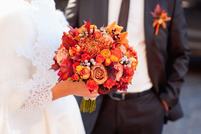 Bello mazzo di nozze in mani della sposa fotografia stock