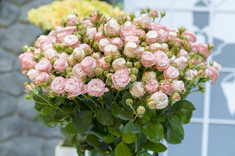 Bello mazzo di nozze in mani della sposa Bello mazzo delle rose fotografia stock