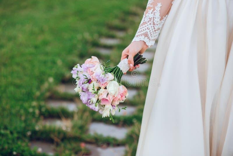 Bello mazzo di nozze nella mano della sposa fotografie stock