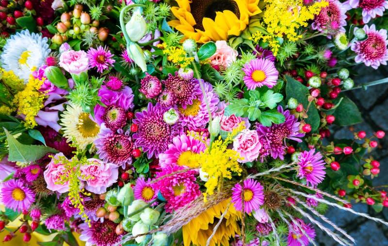 Bello mazzo di vario genere di fiori freschi veduti da sopra Fiori di estate e della primavera fotografie stock