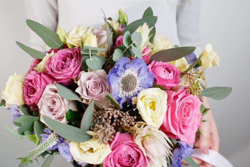 Bello mazzo fatto dei fiori differenti con nella mano della donna fiore variopinto della miscela di colore immagini stock libere da diritti