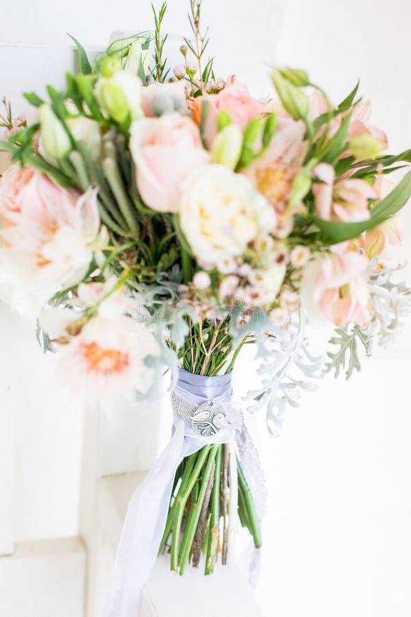 Bello mazzo moderno di nozze sulla tavola bianca fotografia stock