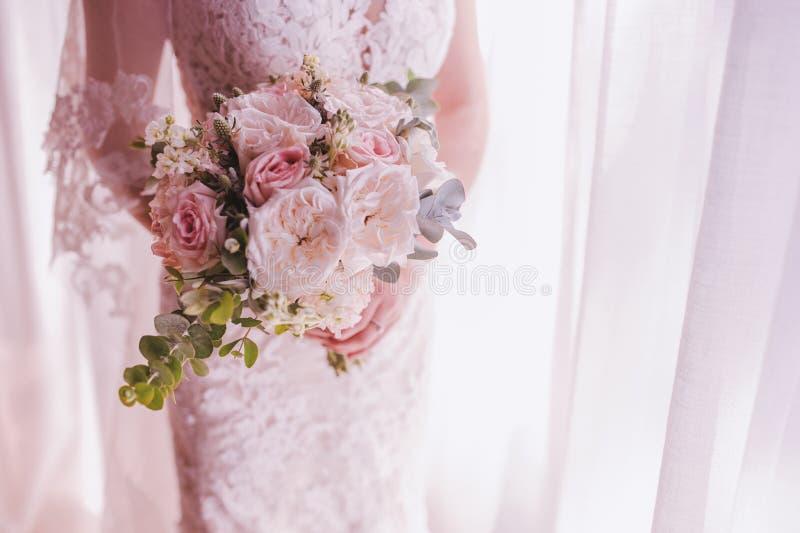 Bello mazzo nelle mani della sposa immagini stock libere da diritti