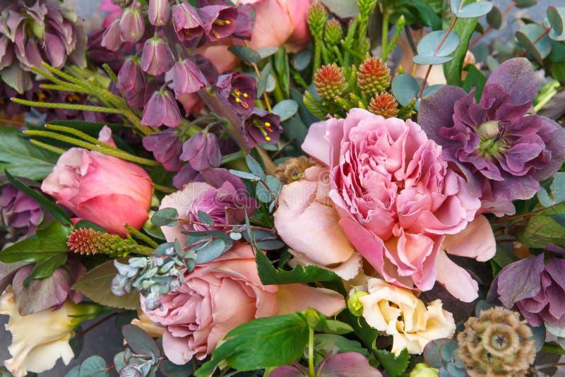 Bello mazzo squisito con le rose ed il primo piano dei fiori immagine stock libera da diritti