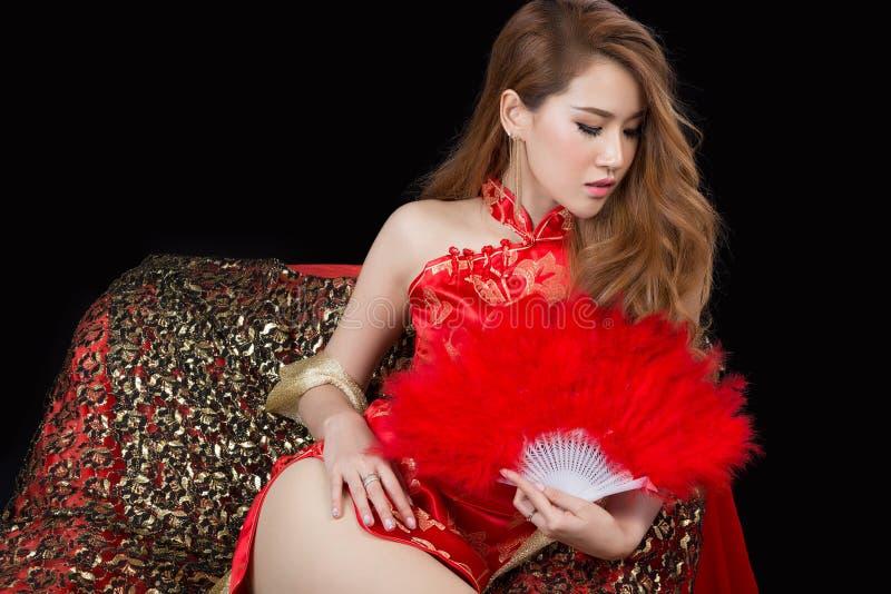 Bello modello asiatico che indossa Cheongsam tradizionale immagini stock libere da diritti
