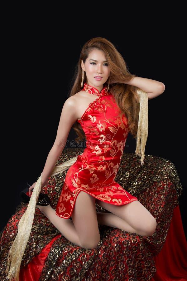 Bello modello asiatico che indossa Cheongsam tradizionale fotografia stock