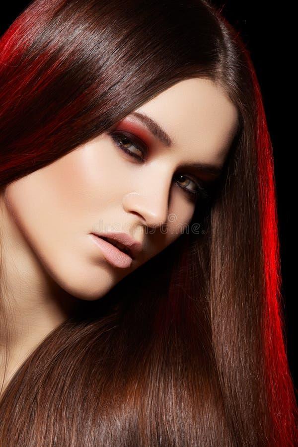 Bello modello con capelli diritti lunghi & trucco fotografie stock