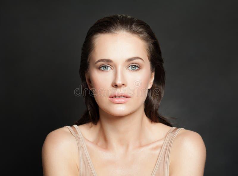 Bello modello con chiara pelle Skincare e concetto facciale di trattamento fotografia stock