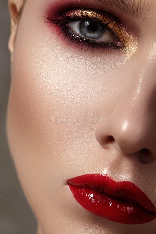 Bello modello con trucco di modo Donna sexy del ritratto del primo piano con trucco di lucentezza del labbro di fascino fotografie stock