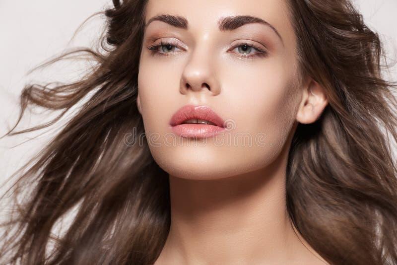 Bello modello con trucco di modo e capelli lunghi immagine stock