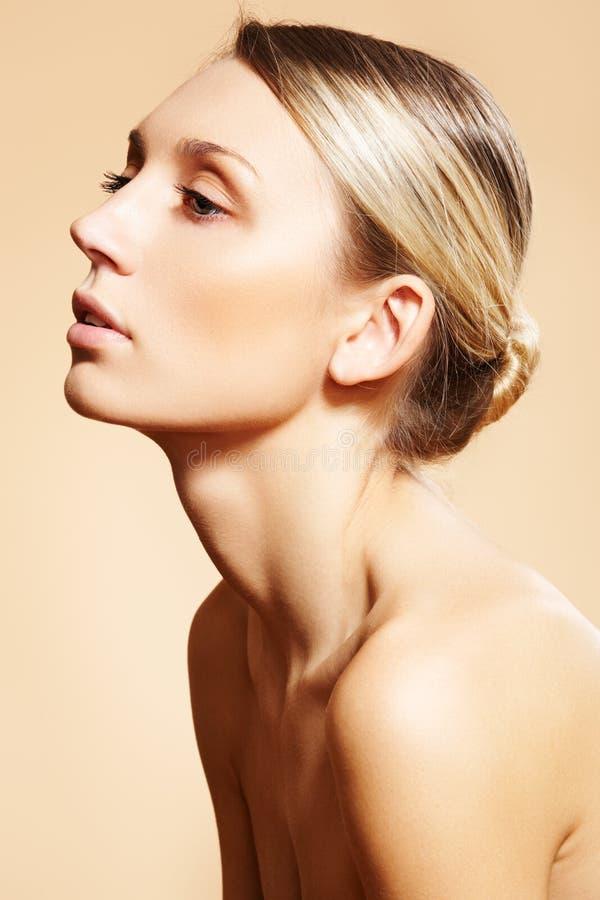 Bello modello con trucco, pelle pulita, panino dei capelli immagini stock libere da diritti