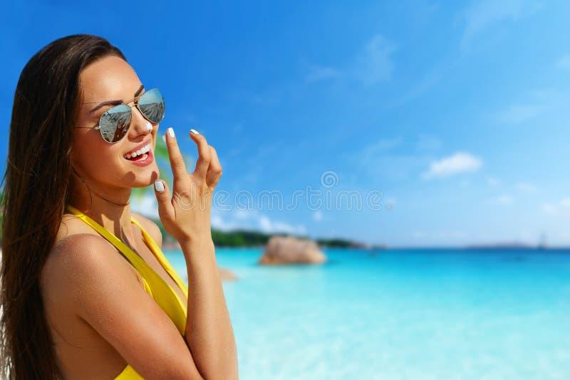 Bello modello del bikini che sorride alla spiaggia tropicale con il fondo dell'oceano immagini stock libere da diritti