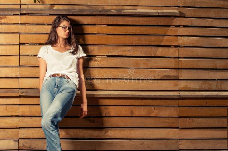 Bello modello della femmina dei pantaloni a vita bassa immagine stock