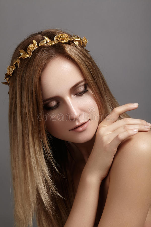 Bello modello della giovane donna con i capelli della luce di volo Pelle pulita di bellezza, trucco di modo Acconciatura, haircar fotografie stock libere da diritti