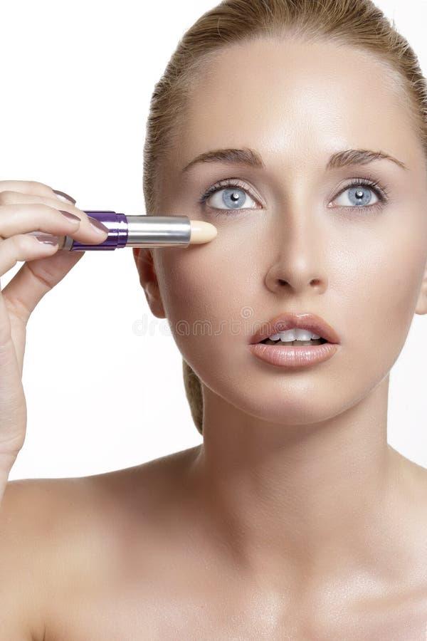 Bello modello della giovane donna con pelle tonificata perfetta concealer immagine stock libera da diritti