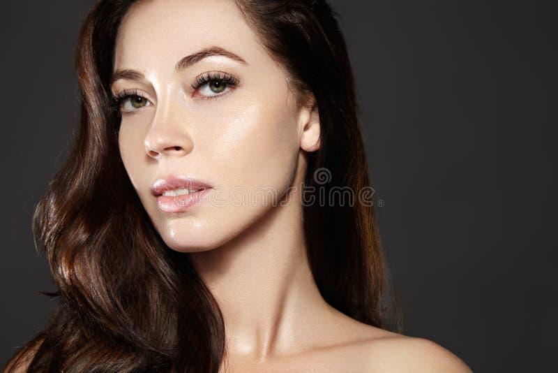 Bello modello della giovane donna con pilotare i capelli marroni di colore Componga, acconciatura riccia Haircare, trucco fotografie stock