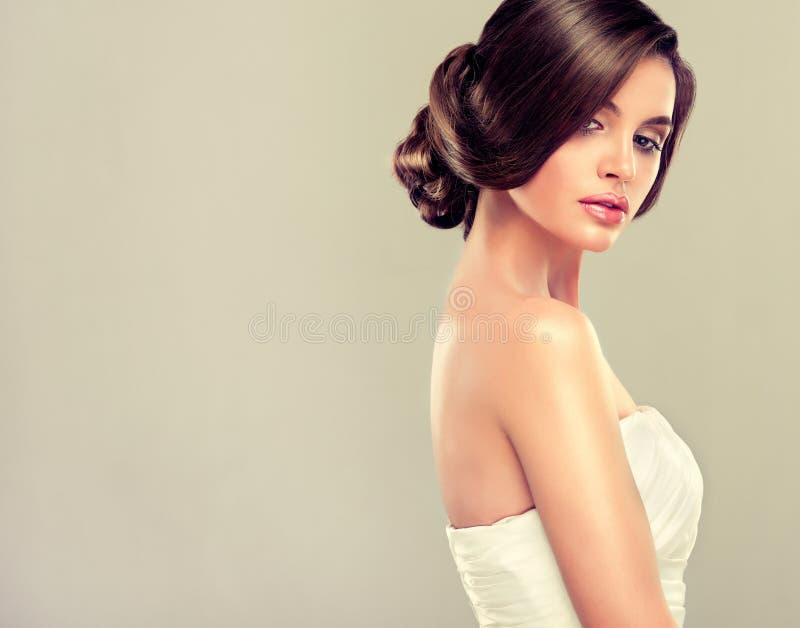 Bello modello della sposa castana fotografie stock libere da diritti