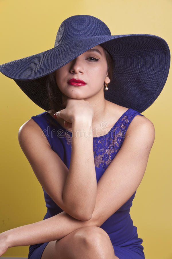 Bello modello di Latina in un vestito blu fotografie stock libere da diritti