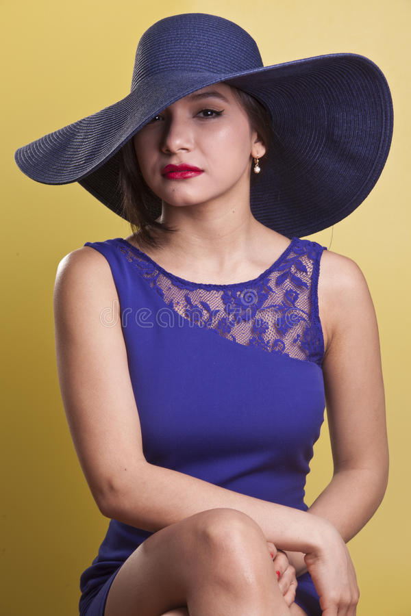 Bello modello di Latina in un vestito blu fotografia stock