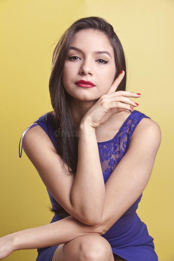 Bello modello di Latina in un vestito blu immagine stock