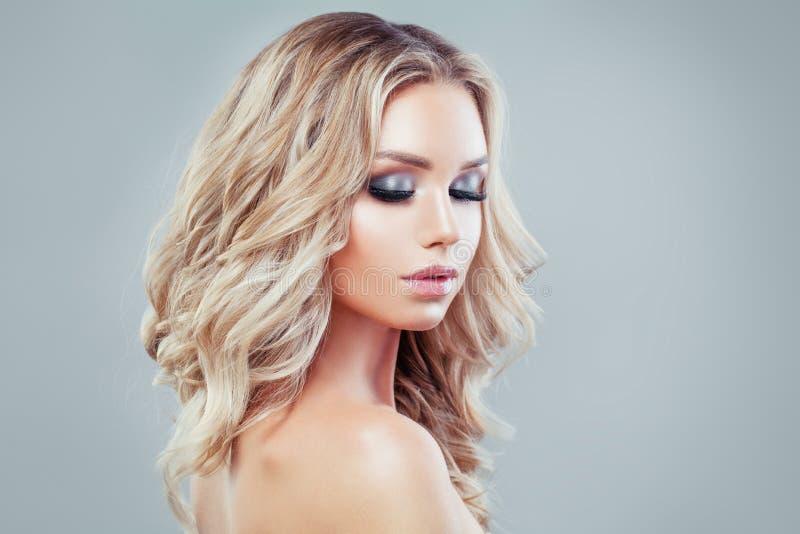 Bello modello di moda biondo della ragazza con capelli ricci lunghi immagine stock libera da diritti