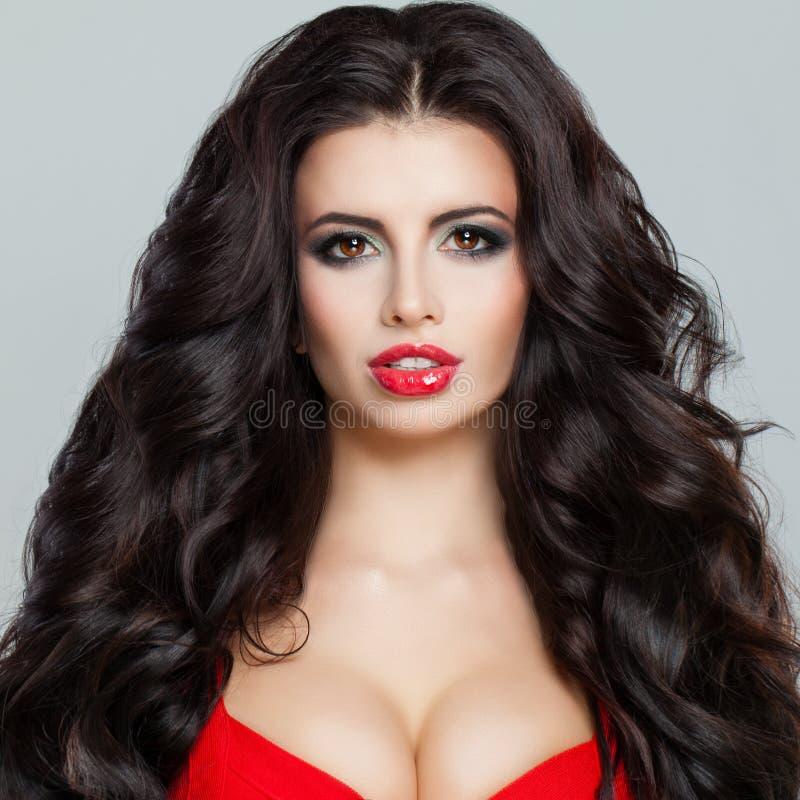 Bello modello di moda castana della donna con capelli ricci fotografie stock libere da diritti