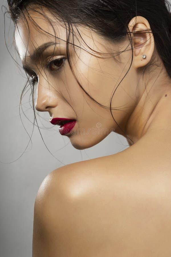 Bello modello di moda castana della ragazza con le spalle nude e w fotografia stock libera da diritti