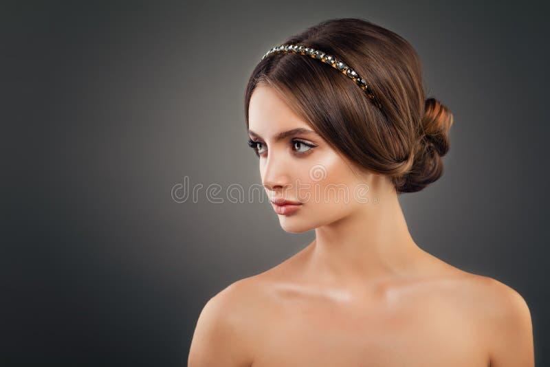 Bello modello di moda della giovane donna con l'acconciatura di nozze fotografia stock