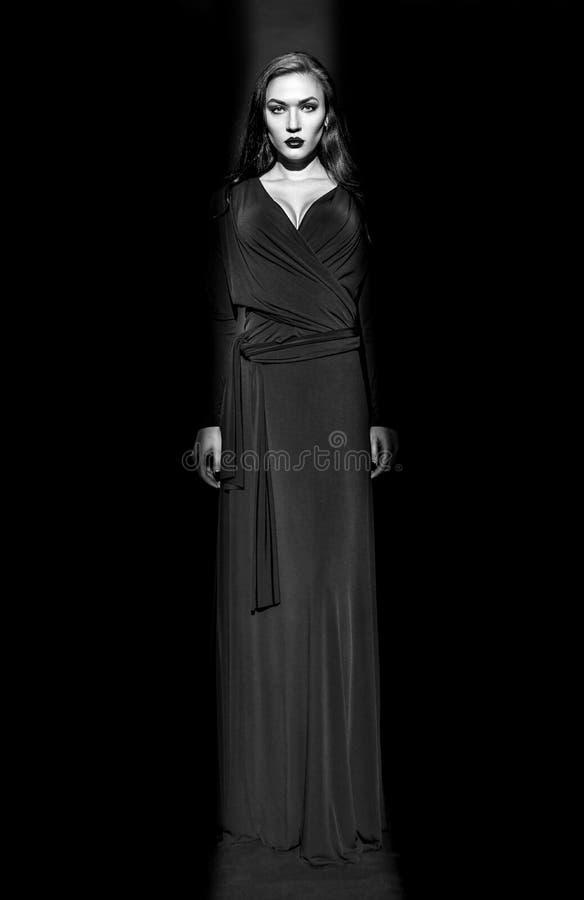 Bello modello di moda in vestito nero in studio fotografia stock libera da diritti