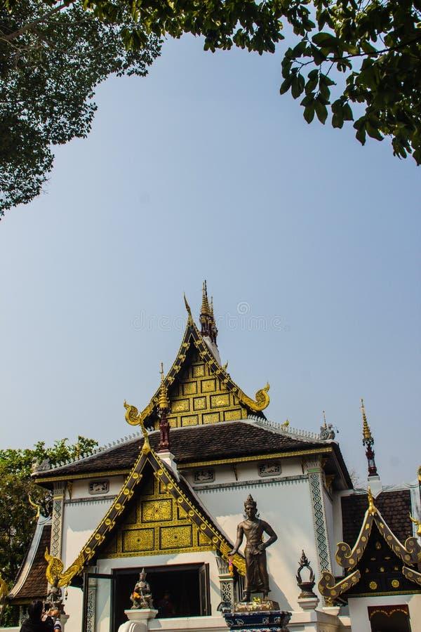 Bello modello dorato sull'estremità di timpano nella chiesa buddista di stile birmano a Wat Chedi Luang, Chiang Mai, Tailandia Mo immagini stock libere da diritti