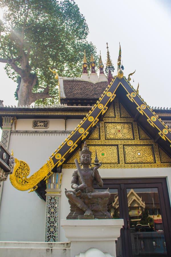 Bello modello dorato sull'estremità di timpano nella chiesa buddista di stile birmano a Wat Chedi Luang, Chiang Mai, Tailandia Mo fotografia stock libera da diritti