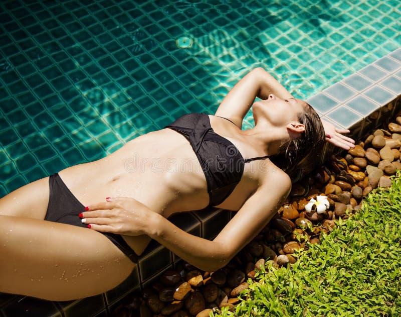 Bello modello femminile che posa dallo stagno fotografie stock