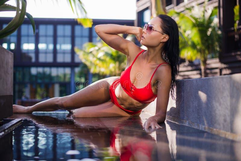 Bello modello femminile che posa dallo stagno tonificato a colori i colori caldi, all'aperto ha sparato orizzontale immagini stock
