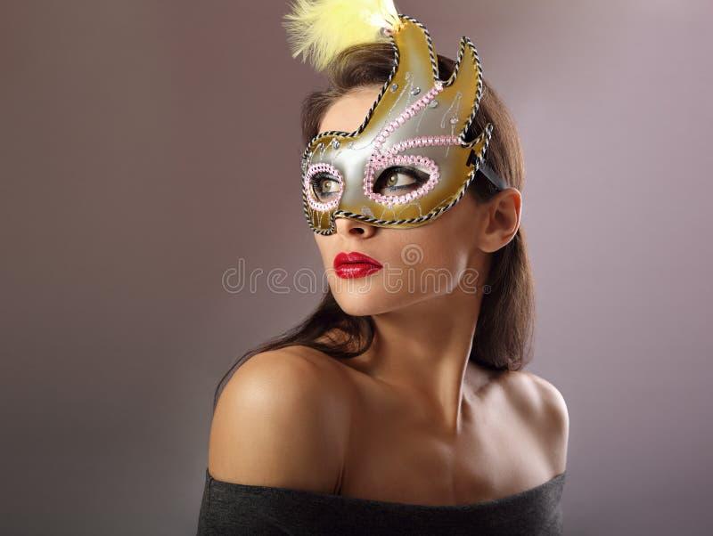 Bello modello femminile che posa nella maschera di carnevale con il makeu luminoso immagine stock libera da diritti