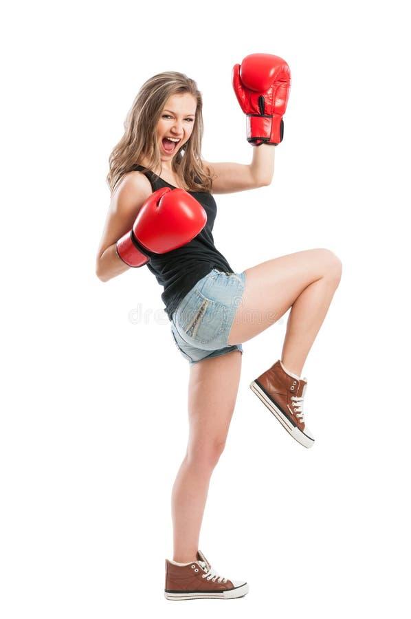 Bello modello femminile con i guantoni da pugile che gridano fotografie stock libere da diritti