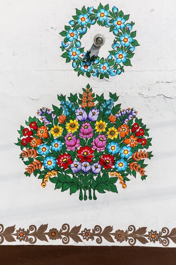 Bello modello floreale dipinto sulla facciata di vecchia casa, Zalipie, Polonia fotografia stock