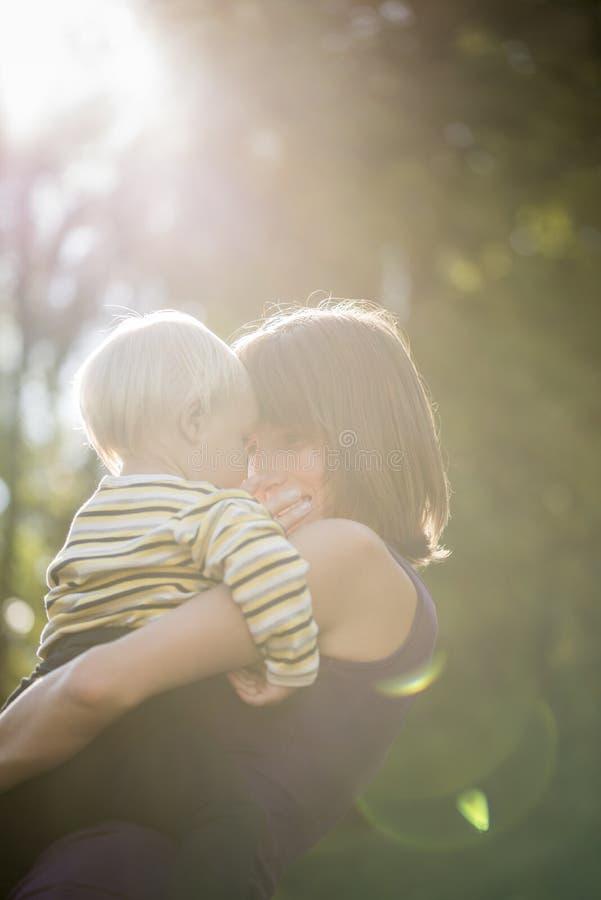 Bello momento amoroso fra una giovane madre ed suo figlio del bambino immagini stock libere da diritti