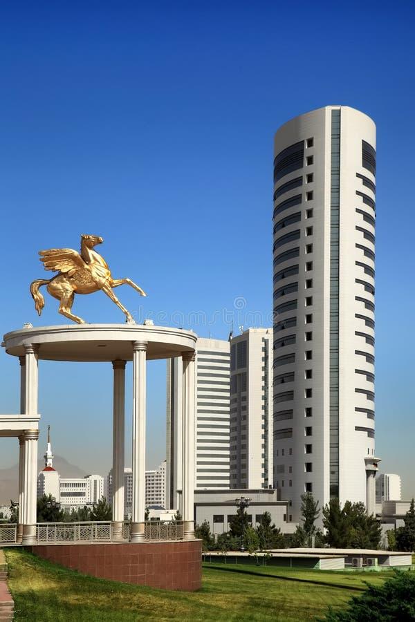 Bello monumento e costruzioni moderne come fondo fotografia stock libera da diritti