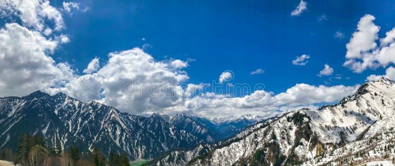 Bello Mountain View della neve con cielo blu sull'itinerario alpino di Tateyama Kurobe fotografie stock libere da diritti