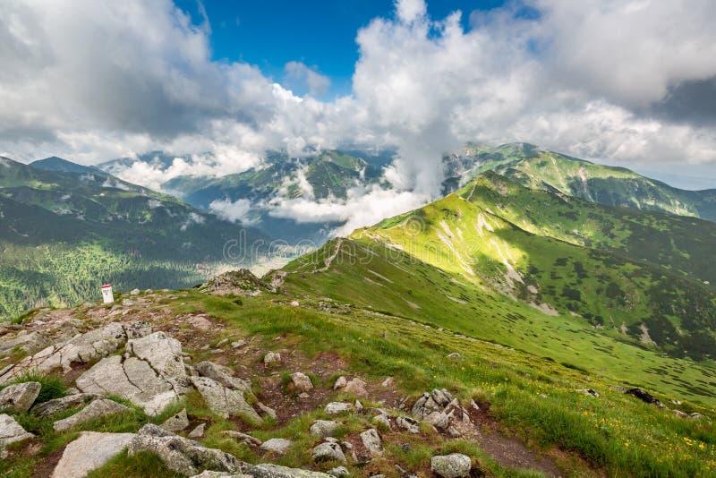Bello Mountain View di Tatra da Kasprowy Wierch, Polonia immagini stock