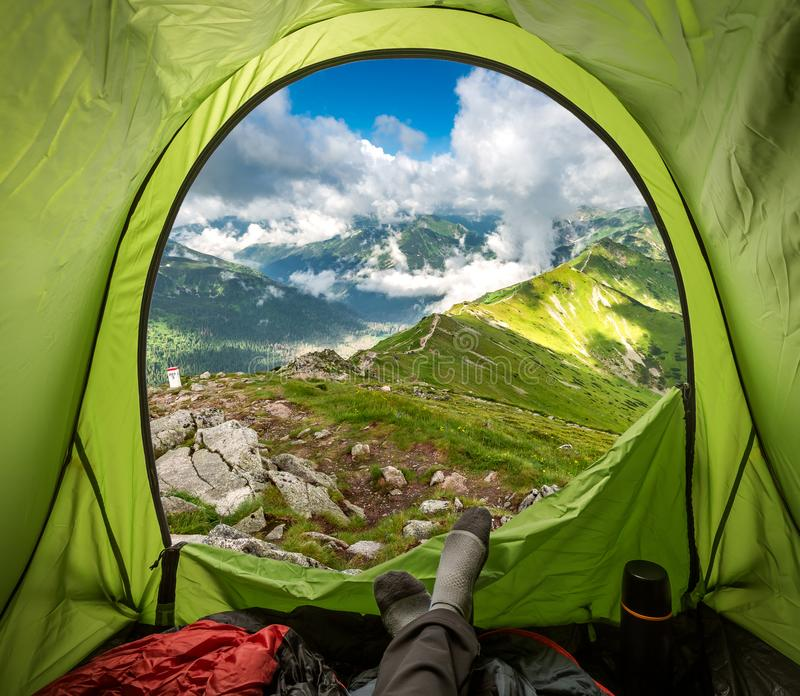 Bello Mountain View di Tatra dalla tenda in Kasprowy Wierch, Polonia fotografie stock libere da diritti